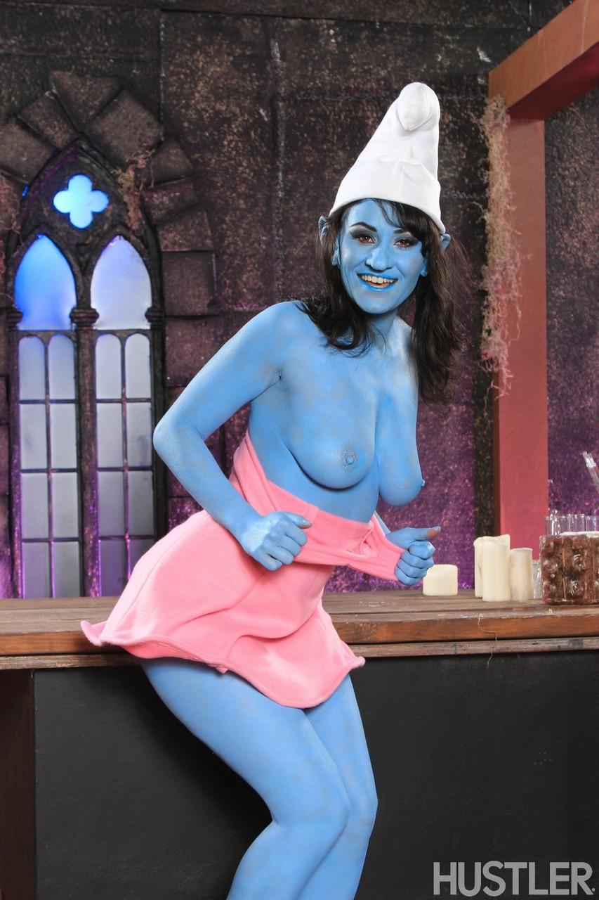 Smurf mulher esta mostrando os peitinhos macios